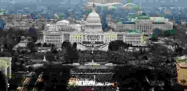 20.jan.2017 - Multidão acompanha posse do presidente eleito dos EUA, Donald Trump, em frente ao Capitólio, em Washington DC, nesta sexta-feira (20) - Lucas Jackson/Reuters