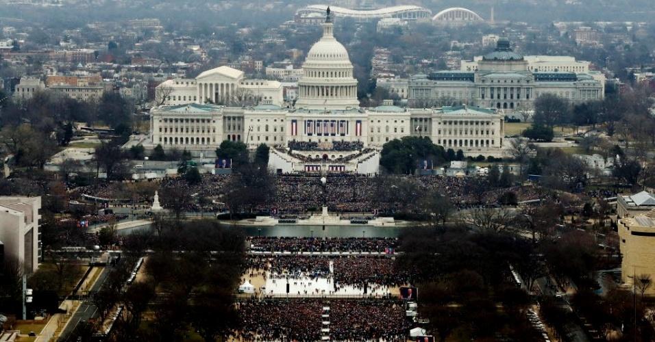 20.jan.2017 - Multidão acompanha posse do presidente eleito dos EUA, Donald Trump, em frente ao Capitólio, em Washington DC, nesta sexta-feira (20)
