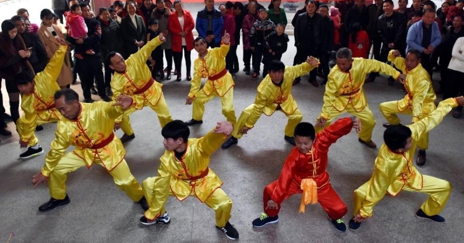 28.jan.2017 - Público assiste a uma demonstração de artes marciais tradicionais chinesas durante as comemorações pela chegada do Ano Novo Chinês, em Renhe, no leste da China