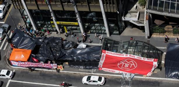 Integrantes do MTST ocupam a frente ao escritório da presidência da República em SP