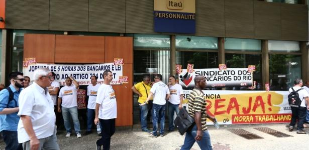 Funcionários fazem protesto em frente a uma agência bancária no Rio de Janeiro