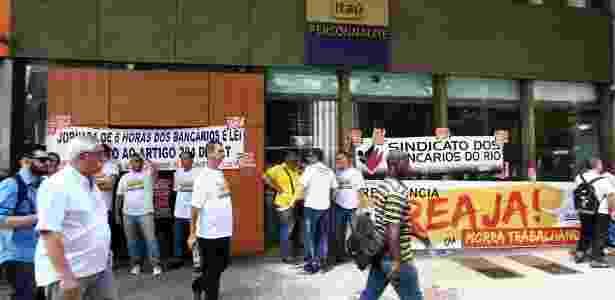 Funcionários fazem protesto em frente a uma agência bancária no Rio de Janeiro - Wilton Júnior/Agência Estado