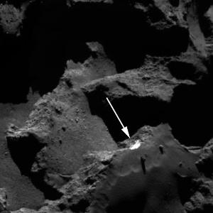 Uma camada intacta de gelo (na seta) é revelada no interior do cometa