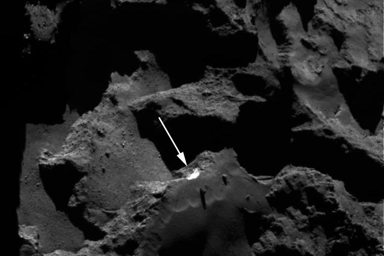 20.mar.2017 - Uma camada intacta de gelo (na seta) é revelada no interior do cometa