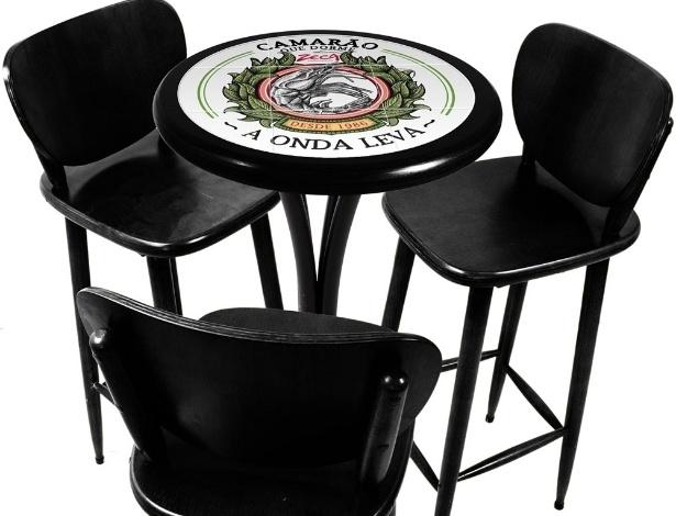 """A fábrica Empório Tambo criou uma coleção de mesas decoradas com azulejos, inspirada em músicas do Zeca Pagodinho; na foto, peça com a canção """"Camarão que dorme a Onda Leva;"""