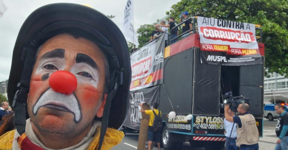 21.mai.2017 - No Rio de Janeiro, palhaço participa de ato em frente ao hotel Copacabana Palace. Ele reforçou sua insatisfação na forma como se maquiou