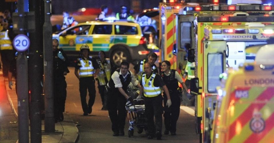 3.jun.2017 - Equipes de resgate socorrem vítimas de ataque considerado como ato terrorista em Londres