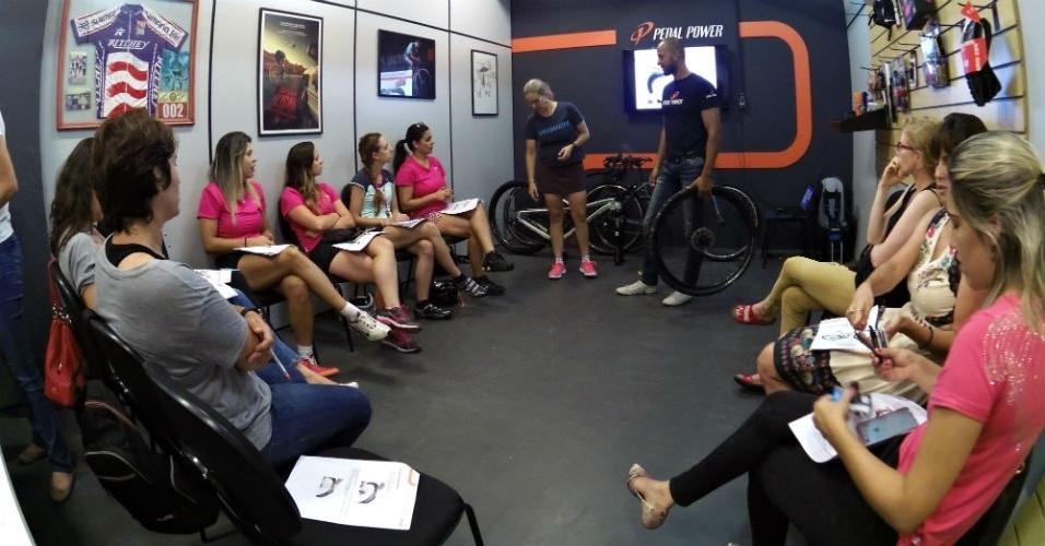 Turma de mulheres do curso de mecânica de bicicletas da Pedal Power