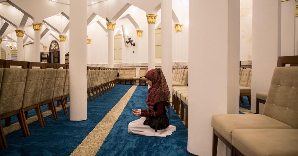 7.jun.2017 - A brasileira e muçulmana Renata Rosa, 37, reza na Mesquita Brasil, em São Paulo, durante celebração do Ramadã