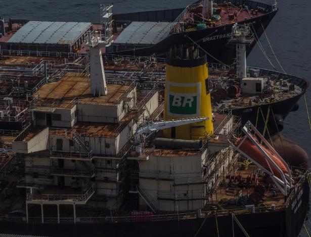 Navios de petróleo inacabados em porto de Niterói, no Rio de Janeiro