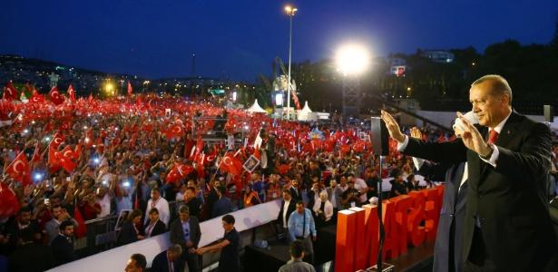 15.jul.2017 - O presidente turco, Recep Tayyip Erdoga e sua muler, Emine, participam de ato pelo aniversário do golpe fracassado, em Istambul