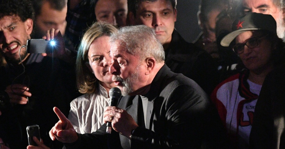 20.jul.2017 - Ao lado da presidente do PT, Gleisi Hoffmann (PR), ex-presidente da República Luiz Inácio Lula da Silva discursa durante ato em apoio a ele na avenida Paulista, em São Paulo