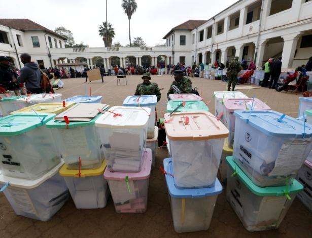 Caixas com votos seladas no centro de contagem montado em uma escola de Nairobi