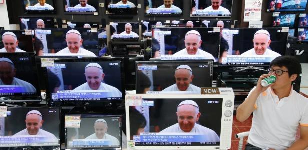 14.ago.2014 - Papa Francisco é exibido na televisão em uma loja de Seul, Coreia do Sul