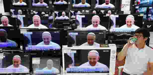14.ago.2014 - Papa Francisco é exibido na televisão em uma loja de Seul, Coreia do Sul - Kim Hong-Ji/ Reuters