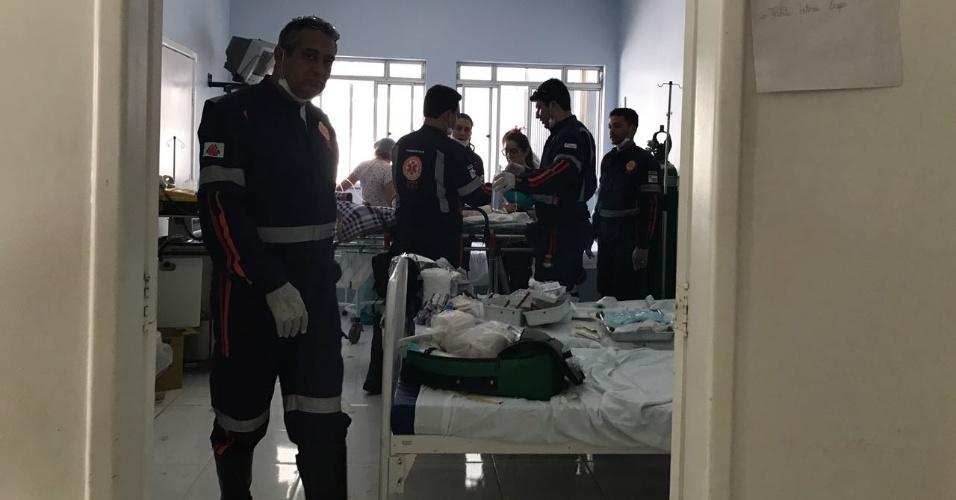 05.out.2017 - Equipes do Samu fazem atendimento às vítimas de creche no Hospital Regional de Janaúba (MG)