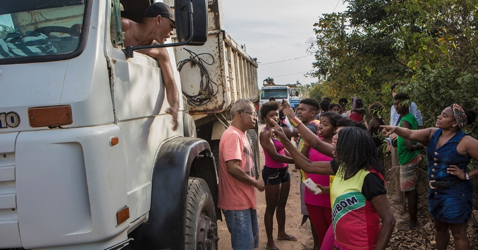 ] Líderes quilombolas acusam areeiros de escravizar as crianças do quilombo. Meninos faltam à escola para trabalhar enchendo caminhões de areia