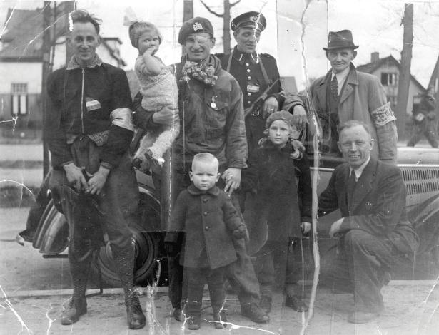 Léo Major entre militares e crianças na manhã seguinte à libertação de Zwolle
