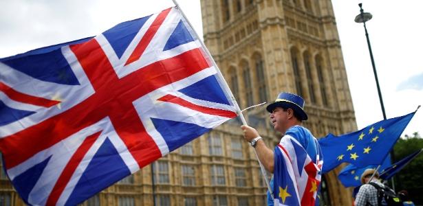 Manifestante protesta contra o Brexit em frente ao Parlamento, em Londres - Henry Nicholls/Reuters