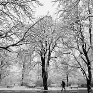 Homem caminha sobre cobertura de neve em Praga, na República Tcheca - David W Cerny/Reuters