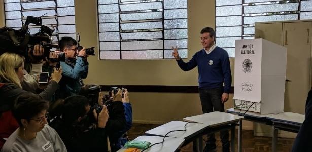 O ex-governador Beto Richa vota no Colégio Amâncio Moro, no Jardim Social, bairro de classe nobre de Curitiba