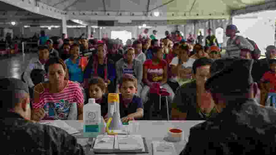 Imigrantes venezuelanos são recebidos por militares brasileiros na fronteira entre o Brasil e o país vizinho - Avener Prado/Folhapress