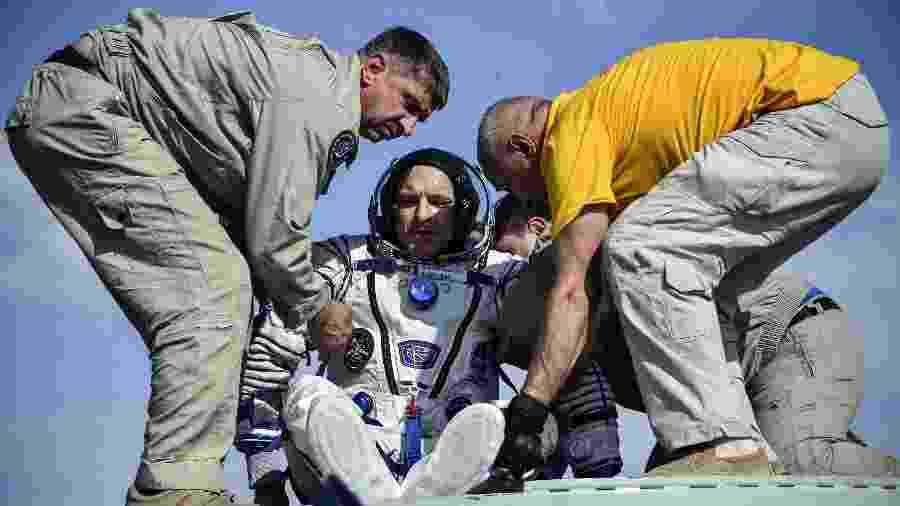 Tripulação da Soyuz foi retirada da cápsula de descida por equipes de resgate - Alexander Nemenov/Pool via REUTERS