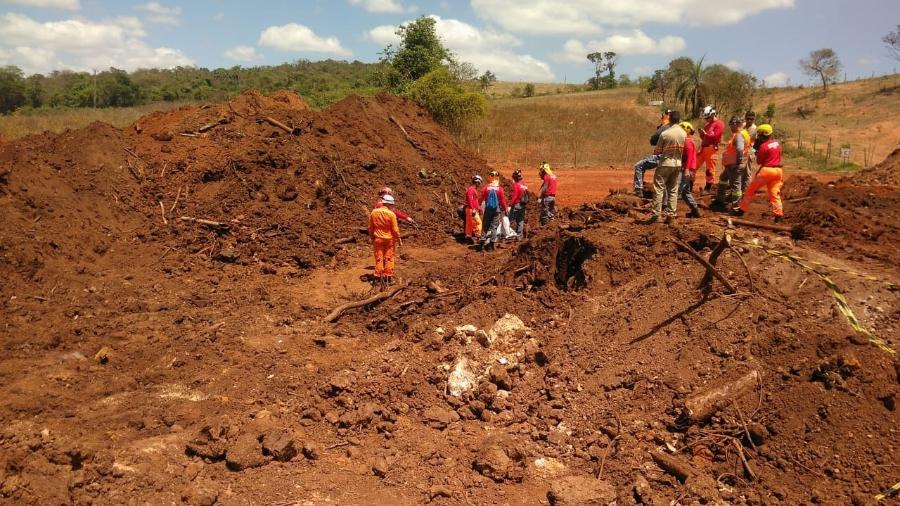 4.out.2019 - Equipes dos bombeiros no local onde encontraram mais um corpo de uma vítima de Brumadinho - Divulgação/CBMG