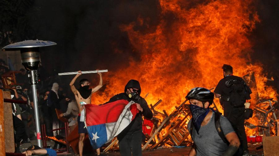 28.out.2019 - Manifestantes durante protestos em Santiago, no Chile - Henry Romero / REUTERS