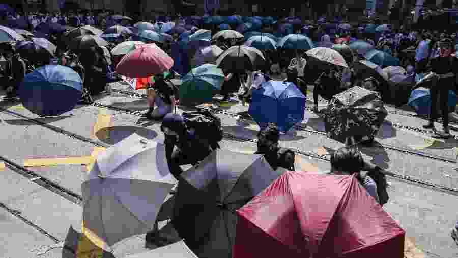 Manifestantes bloqueiam via no centro comercial em Hong Kong em mais um dia de protestos - DALE DE LA REY / AFP