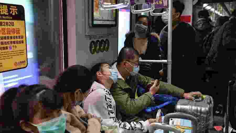Pessoas usam máscaras no metrô de Xangai  - Hector Retamal/AFP