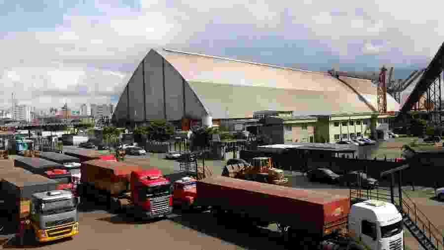 Caminhões com soja aguardam para descarregar no Porto de Santos (SP) - Paulo Whitaker
