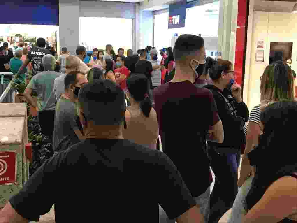 No Shopping Interlagos, filas de diferentes estabelecimentos se juntaram e criaram aglomeração no corredor - Felipe Pereira/UOL