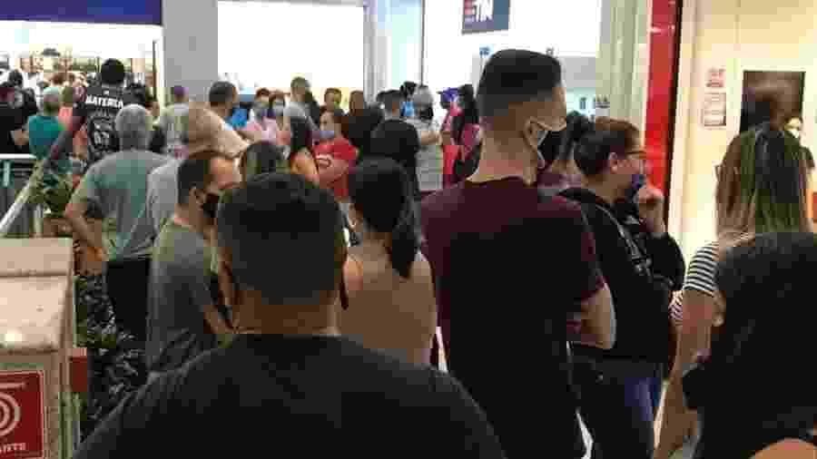 Em junho, no primeiro dia de reabertura, shoppings registraram aglomerações, como o Shopping Interlagos; entidade defende horário de funcionamento maior - Felipe Pereira/UOL