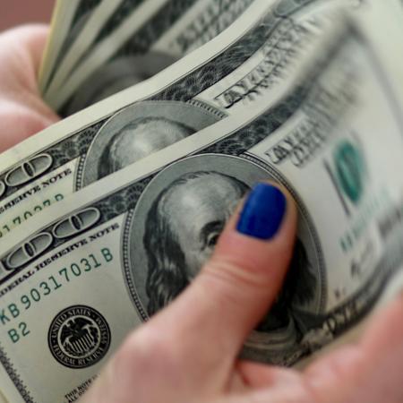 O dólar comercial chegou a ser negociado por R$ 5,595 na manhã de hoje - Marcos Brindicci/Reuters