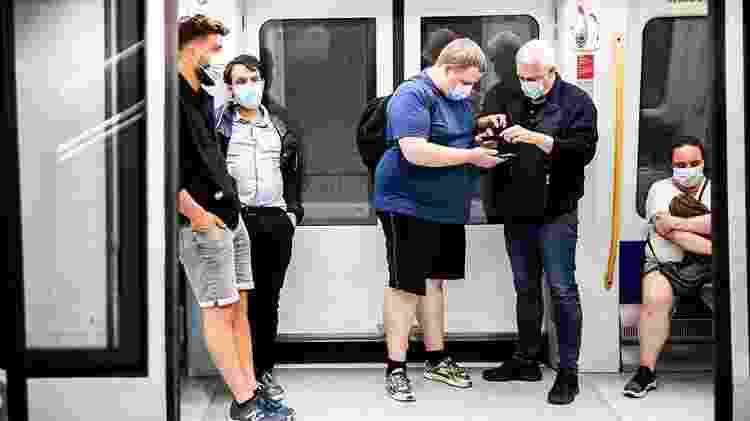 Passageiros em metrô em Copenhague - EPA-EFE - EPA-EFE