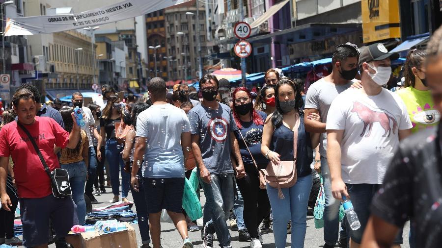 Muita gente deixou a preocupação de lado com a pandemia na hora das compras - Renato S. Cerqueira/Estadão Conteúdo