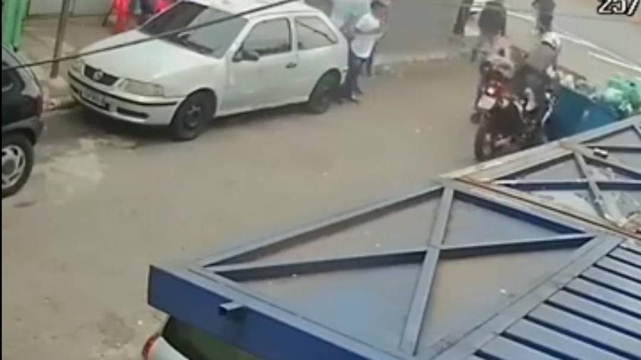 26.dez.2020 - População impede perseguição policial na zona sul de SP - Reprodução