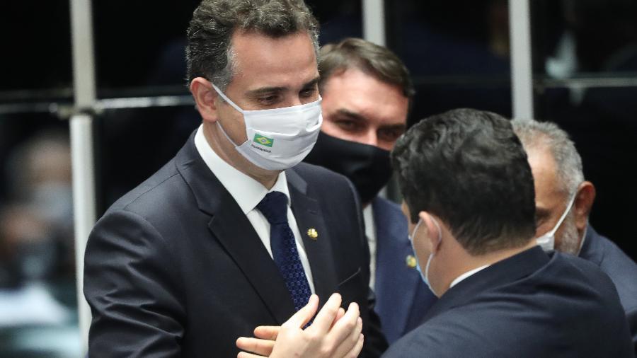 01 fev. 2021-  O presidente eleito do Senado, Rodrigo Pacheco (DEM-MG), é cumprimentado pelo até então presidente do Senado, Davi Alcolumbre (DEM-AP) - GABRIELA BILÓ/ESTADÃO CONTEÚDO