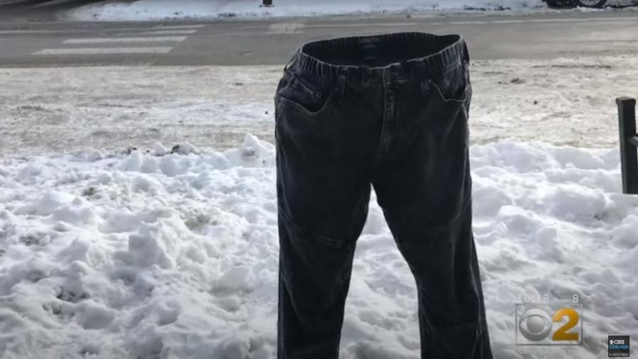 Adam Selzer viralizou nas redes sociais ao congelar calças para delimitar vagas onde estacionar carros - Reprodução/Youtube