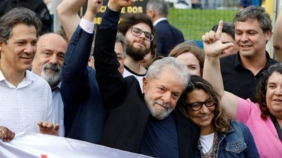 """Com Lula no páreo, risco é ex-capitão partir para o """"campeonato de bondades"""" - Reuters"""