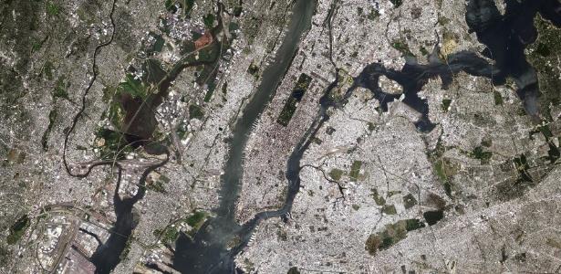 A cidade de Nova York, incluindo a ilha de Manhattan no centro, os bairros do Brooklyn e do Queens do lado direito, e do Bronx ao longo da parte superior direita