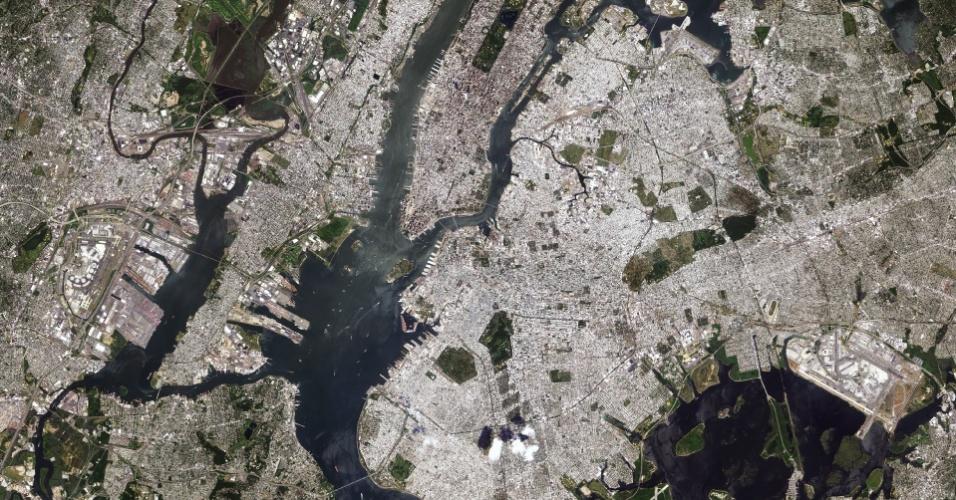 17.jul.2015 - A cidade de Nova York - incluindo a ilha de Manhattan no centro, os bairros do Brooklyn e do Queens do lado direito, e do Bronx ao longo da parte superior direita - foi retratada por um satélite japonês em 2010. Com mais de oito milhões de habitantes em uma quantidade limitada de terra, Nova York é uma das cidades mais densamente povoadas dos Estados Unidos. A regiçao tem uma longa história de recuperação de terras, principalmente na ponta sudoeste de Manhattan. Esta área já fez parte do rio Hudson, por exemplo. Com as populações crescendo nas cidades do mundo, além de construções verticais, recuperação de terras é uma prática comum. Dos cinco distritos da cidade, Manhattan é o mais densamente povoado