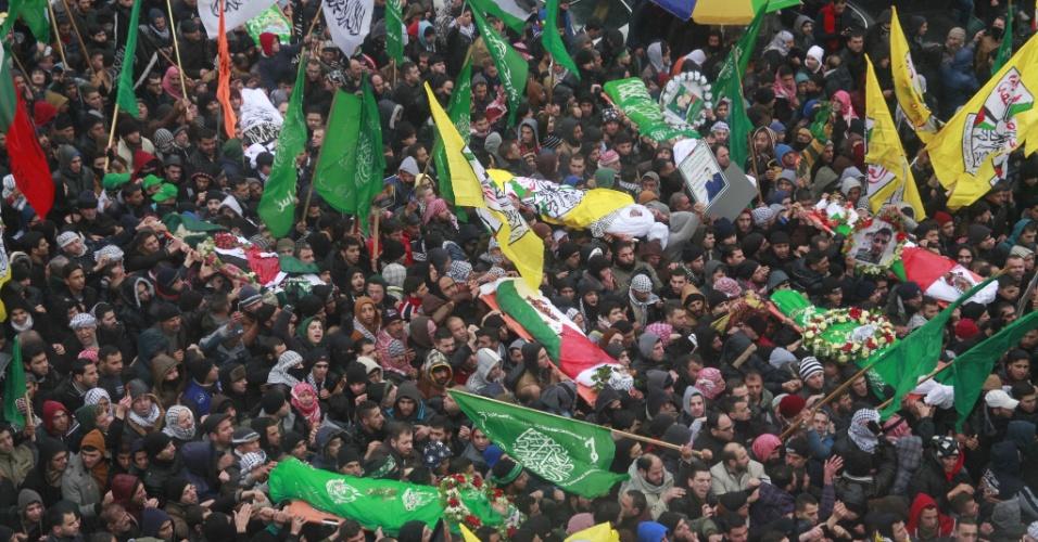 2.jan.2016 - Milhares de pessoas participam de funerais de palestinos mortos por forças israelenses, em Hebron, na Cisjordânia.