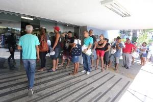 Pacientes aguardam em fila de hospital no Rio de Janeiro