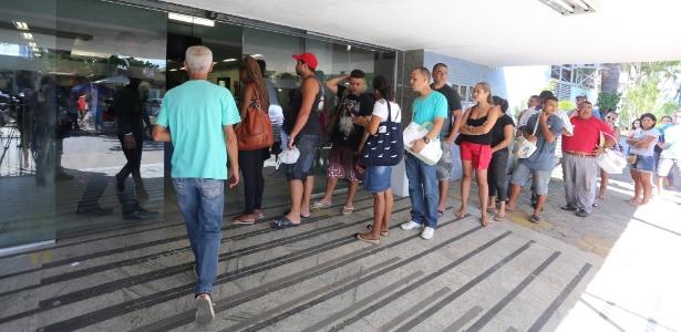 6.jan.2016 - Pacientes aguardam em fila e reclamam de falta de atendimento no Hospital Estadual Albert Schweitzer, no Rio de Janeiro