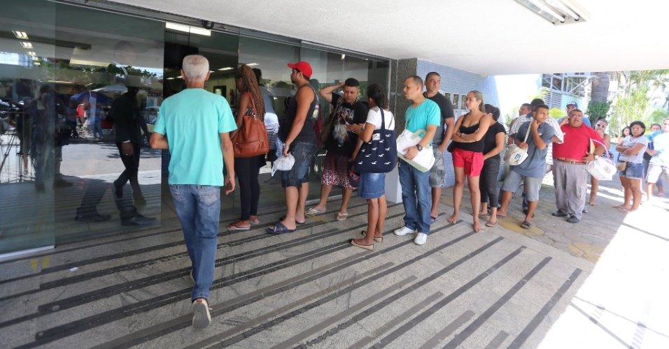 6.jan.2016 - Pacientes aguardam em fila e reclamam de falta de atendimento no Hospital Estadual Albert Schweitzer, no Rio de Janeiro. O Estado vive uma grave crise na saúde pública por causa do atraso no pagamento de salários e da falta de materiais e condições adequadas de trabalho