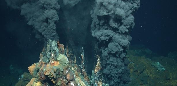 """Parte da estrutura vulcânica no fundo do oceano conhecida como """"dorsal oceânica"""""""