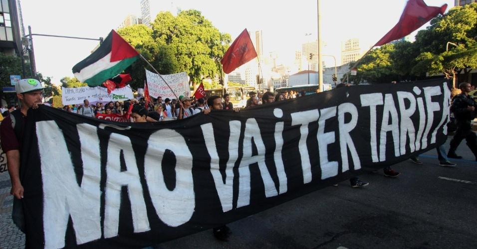 26.jan.2016 - O Rio de Janeiro também tem ato do MPL (Movimento Passe Livre) contra o aumento das tarifas do transporte público. O grupo se concentrou na região da Candelária