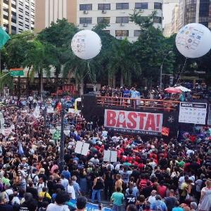 """3.fev.2016 - Milhares de funcionários públicos protestam em frente à Alerj contra """"a crise financeira que precariza os servidores"""""""